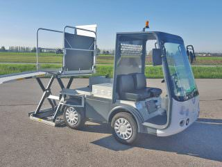 Railway wheelchair lift vehicle